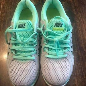Women's Nike Dual Fusion shoes size 6.5